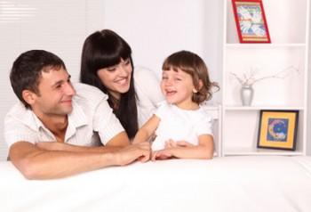 родители общаются с ребенком