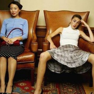как сидеть в гостях правильно