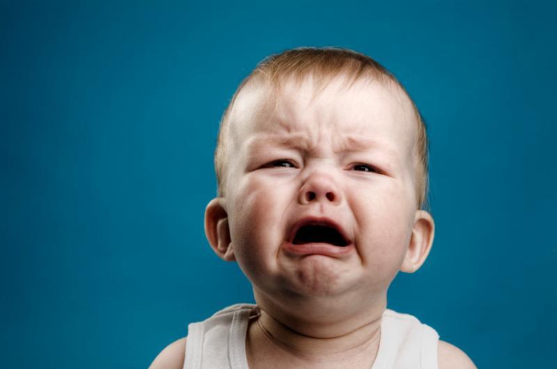 ребенок плачет без причины