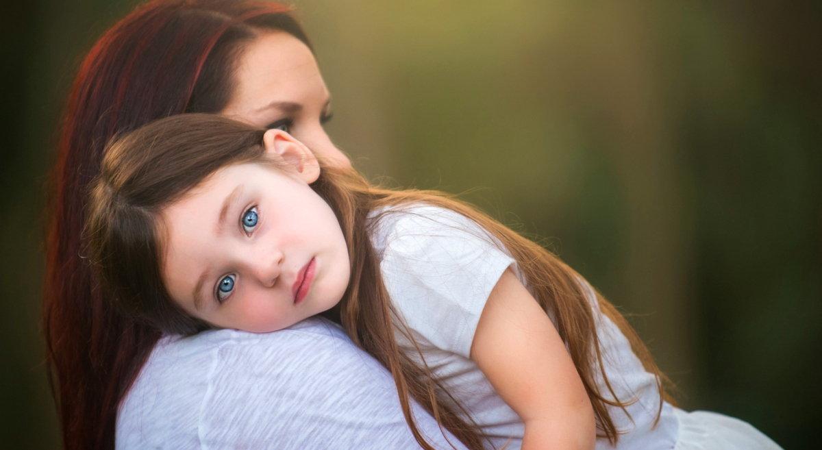 мама помогает ребенку справиться с агрессией