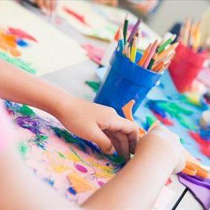 малыш рисует