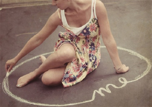 девушка рисует круг